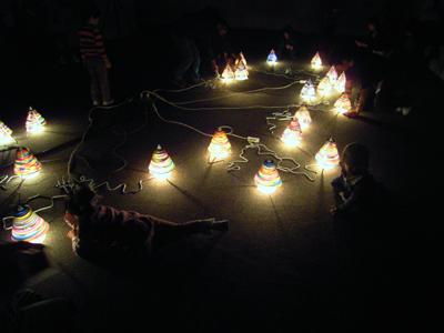 でき上がった「光のツリー」を展示(18日)