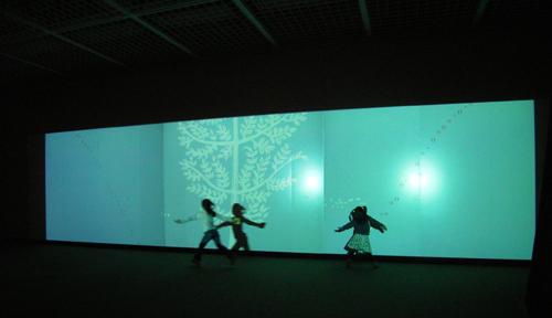 wowlabの《Light Rain》で遊ぶ子供たち