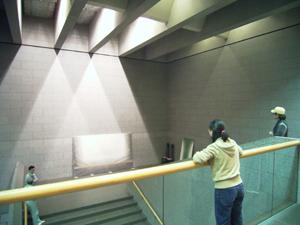メイン階段の展示(2階の女性が松尾さん)